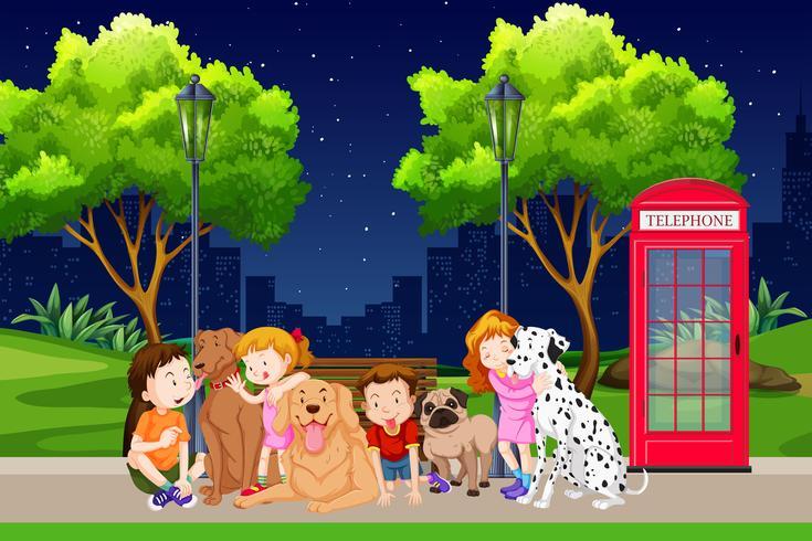 Grupo de niños y perros en el parque.