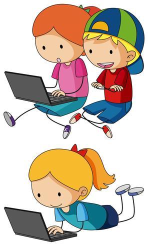 Studenter som arbetar med bärbara datorer