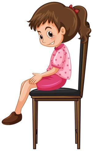 Kleines Mädchen sitzt auf großen Stuhl
