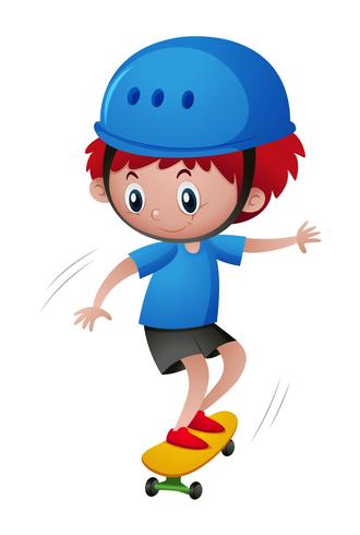 Kleiner Junge im Blauhelm, der Skateboard spielt