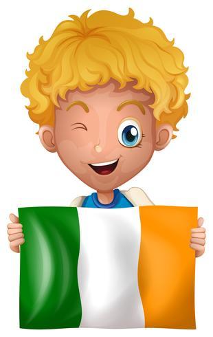 Junge, der Irland-Flagge hält