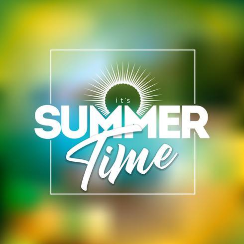 Es ist Sommerzeit-Illustration mit Typografie-Buchstaben auf unscharfem Strand-Hintergrund. Vektor Urlaub Design