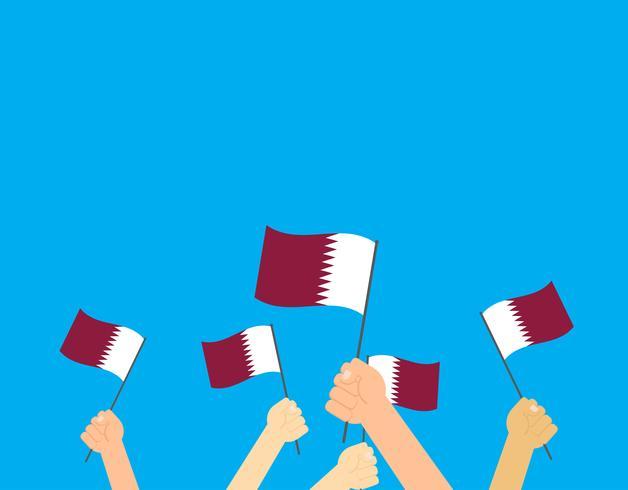 Illustrazione vettoriale mani in possesso di bandiere del Qatar su sfondo blu