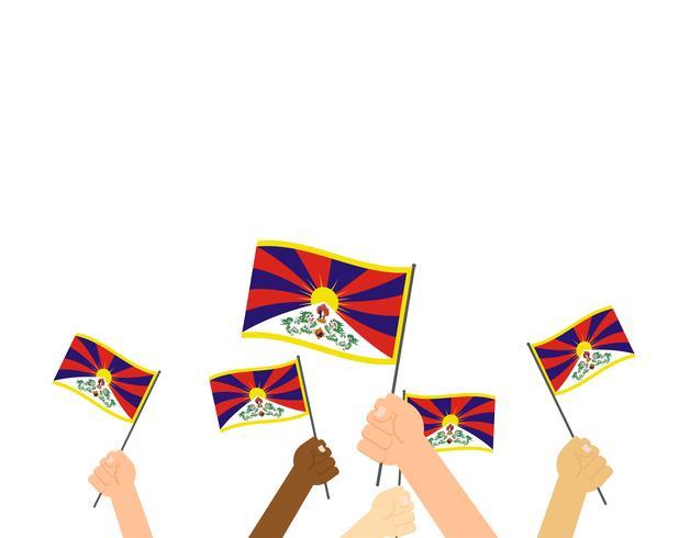 Vektor illustration händer som håller Tibet flaggor isolerad på vit bakgrund