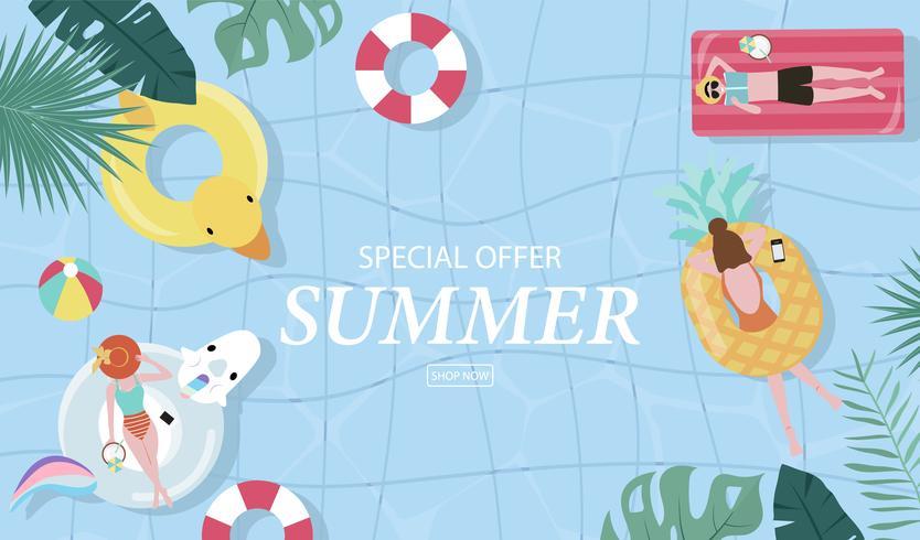 Fondo de venta de verano con gente pequeña, paraguas, pelota, flotador en la piscina de vista superior. Banner de verano de vector