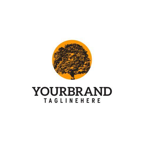 quercia con sole arancione dietro Logo design