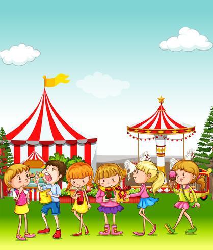 Kinderen vermaken zich in het pretpark