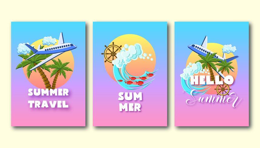 De vliegers van de de zomervakantie die met palmen, vliegtuig, oceaangolven, schipwiel, op de zonsonderganghemel worden geplaatst.