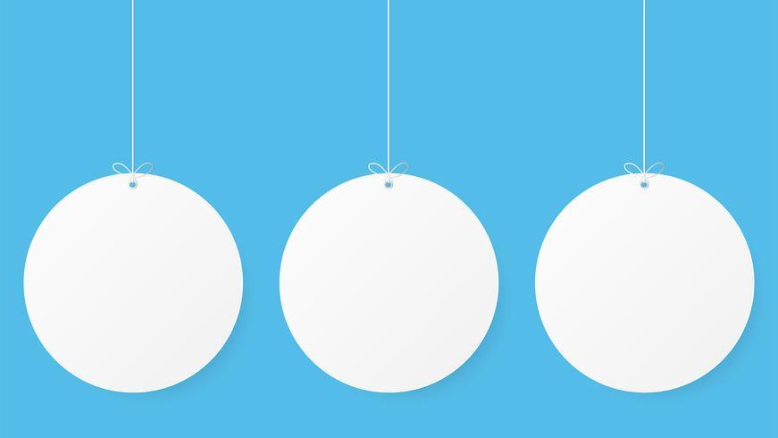 Papier kunst met cirlce vorm op blauwe hemel. Ruimte kopiëren. Tekstballon, wit en grijs leeg ophangen. bespotten leeg.