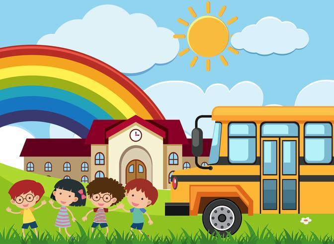 Crianças e ônibus escolar em frente à escola
