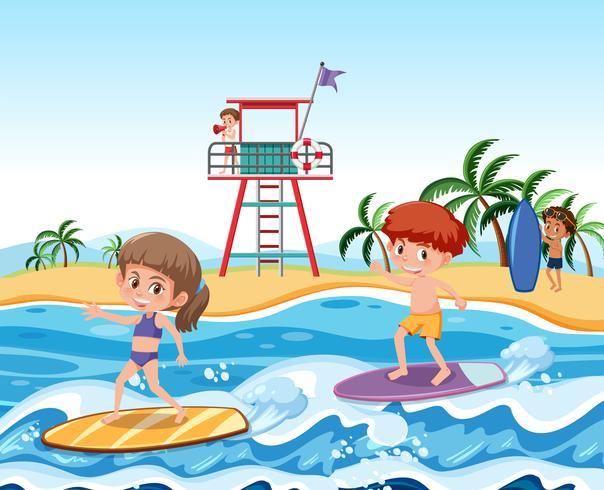 Niños surfeando en las olas.