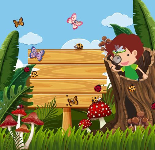 Sinal de madeira e menino olhando erros no jardim