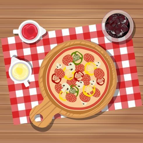 Pizza en la mesa con botellas de salsa de tomate y mayonesa servido con vaso de jugo con hielo. Cena servida en mesa, vista superior.