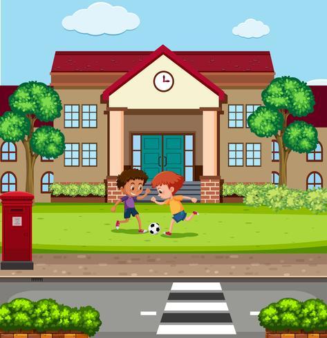 Chicos jugando fooyball frente a la escuela