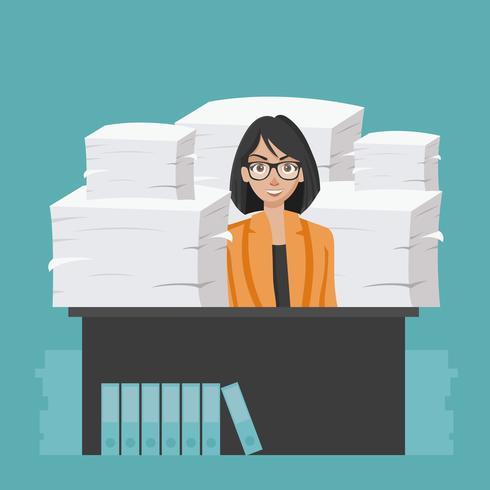 Femme d'affaires détient une pile de papiers et de documents de bureau