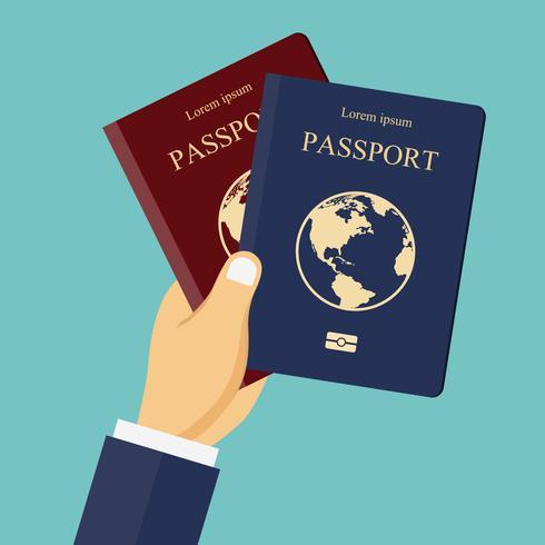 Rode en blauwe paspoorten in de hand. Concept voor reizen, vakantie, vakantie