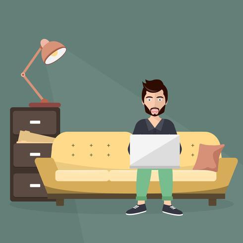 Lavoratore freelance che si siede sul sofà con il lap top