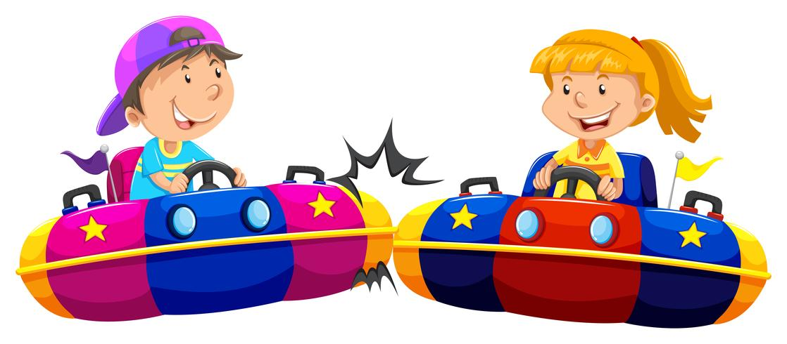 Pojke och tjej som spelar bumpbilar