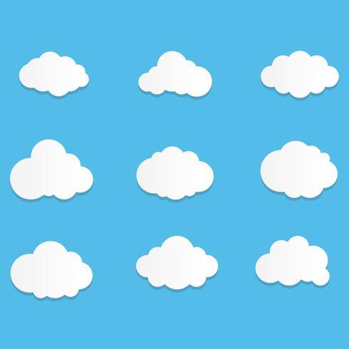 Satz Wolken-Ikonen mit flacher Art im Hintergrund des blauen Himmels