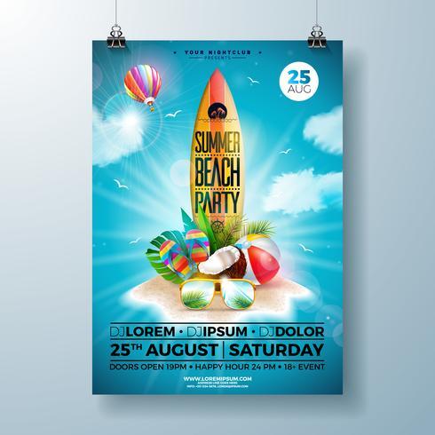 Summer Beach Party Flyer Design con fiore, pallone da spiaggia e tavola da surf. Vector gli elementi floreali della natura dell'estate, l'aerostato, le piante tropicali e la lettera di tipografia sul fondo blu del cielo nuvoloso
