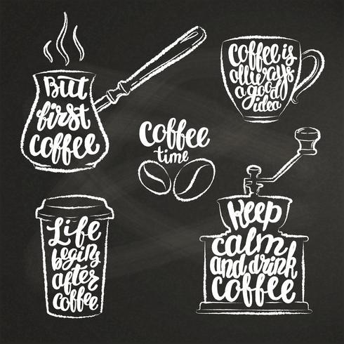 Kaffeebeschriftung in der Tasse, Mühle, Topfkreideformen. Moderne Kalligraphiezitate über Kaffee. Weinlesekaffeekonturngegenstände stellten mit handgeschriebenen Phrasen auf Kreidebrett ein.