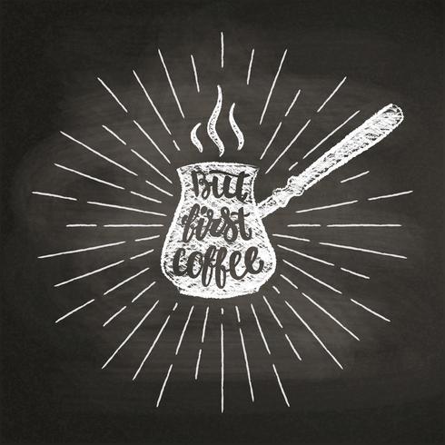 Kaffeekanne Kreideschattenbild mit Sonnenstrahlbeschriftung aber erstem Kaffee auf Tafel. Vector Illustration mit Hand gezeichnetem Kaffeezitat für Plakat, T-Shirt Druck, Menüdesign.