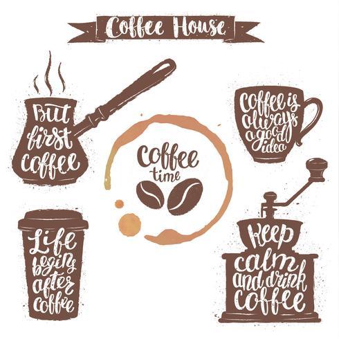 Koffiebelettering in beker, grinder, potvormen en bekerbeits. Moderne kalligrafie citaten over koffie. Vintage koffie objecten instellen met handgeschreven zinnen.
