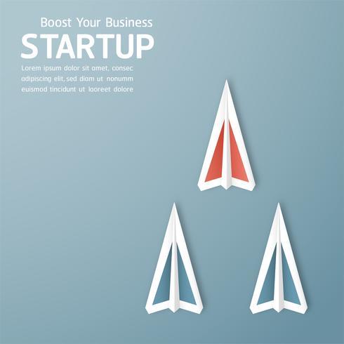 Ilustración de vector con puesta en marcha concepto en corte de papel, artesanía y estilo origami. Rocket está volando en el cielo azul. Diseño de plantillas para banner web, cartel, portada, publicidad. Artesanía en 3D para niños.