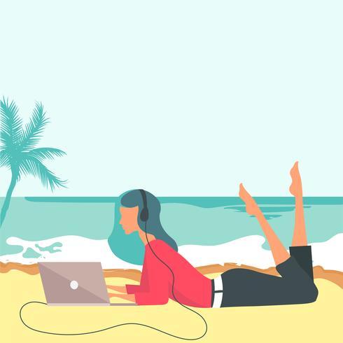 Vrouw zittend op het strand. Concept voor vakantie, vakantie en reizen. Zomertijd. Vrouw die haar overlappingsbovenkant gebruikt en aan muziek op het strand luistert