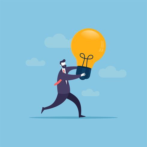 O homem de negócios que funciona transversalmente traz o símbolo da ampola da ideia nova e melhor.