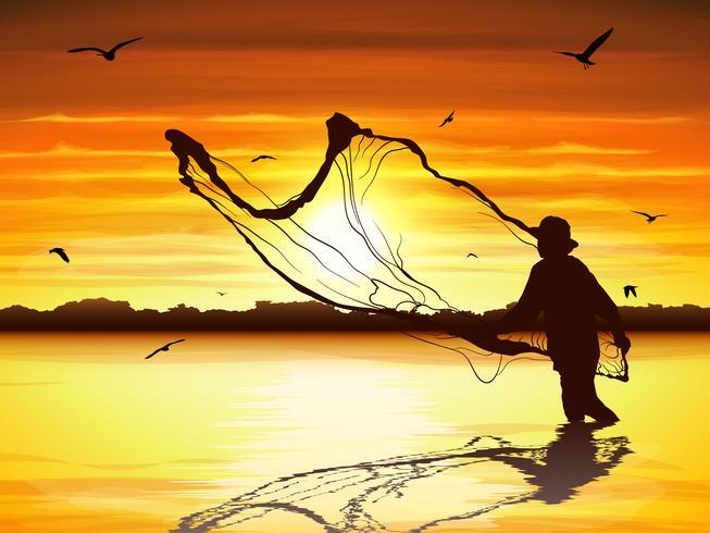 Silhuett av mannen som fångar fisken i skymningen.