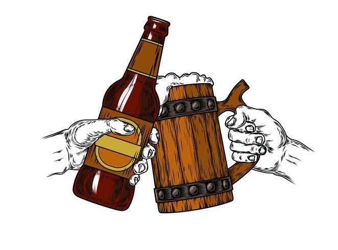 Jarra de cerveza con espuma y una botella marrón.