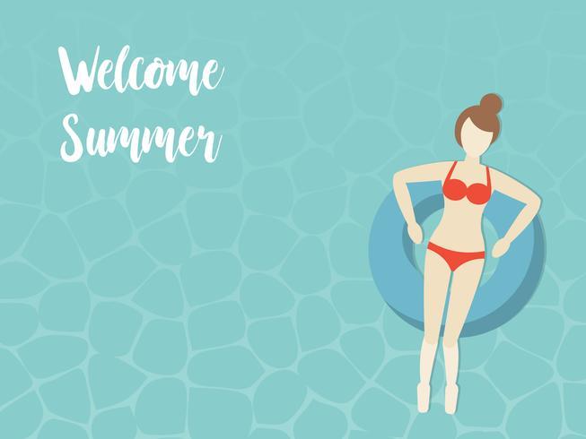 Welkom zomer, vrouw op de zwemring in de zee