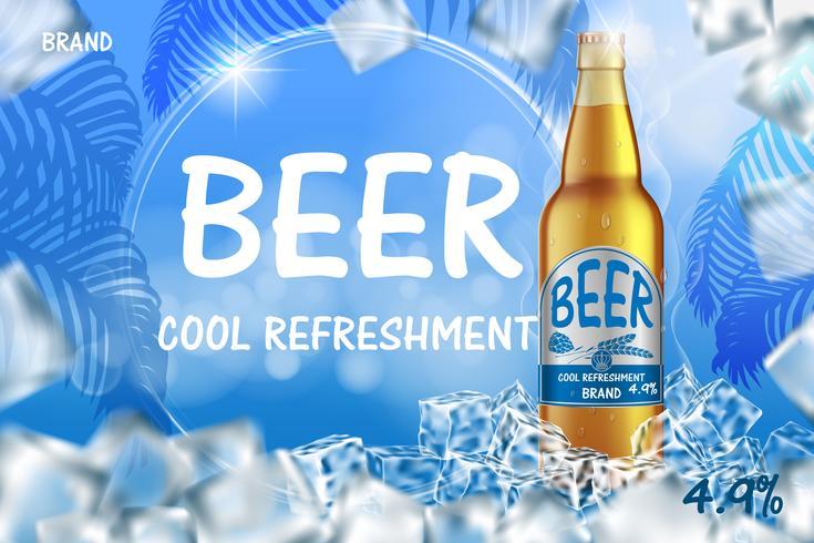Maak ijzig bier advertenties met spatten. Realistische glazen bierfles met ijsblokjes op glanzende zomer blauwe achtergrond. Vector 3d illustratie