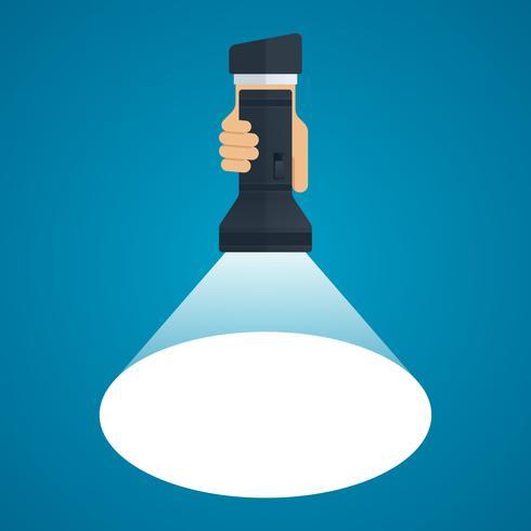 Lampe de poche avec faisceau lumineux à la main