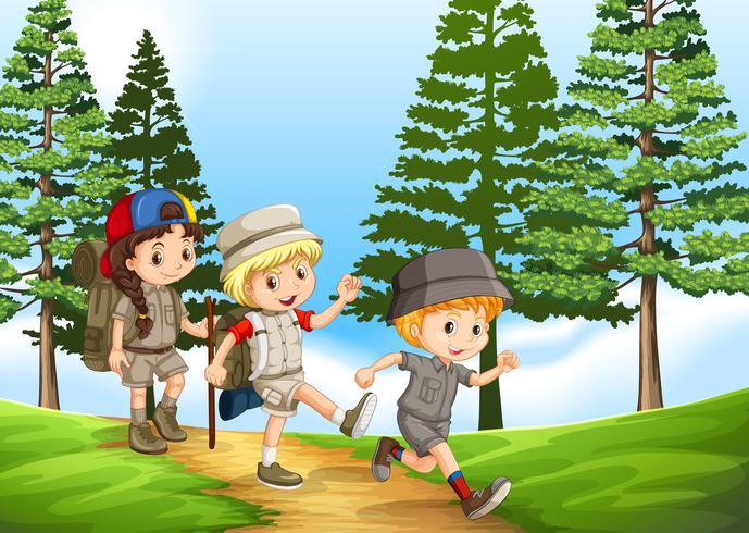 Grupo de niños caminando en el parque