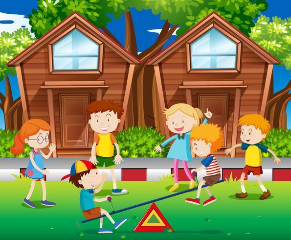 Barn som leker gunga i parken