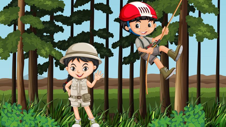 Niño y niña divirtiéndose en el bosque