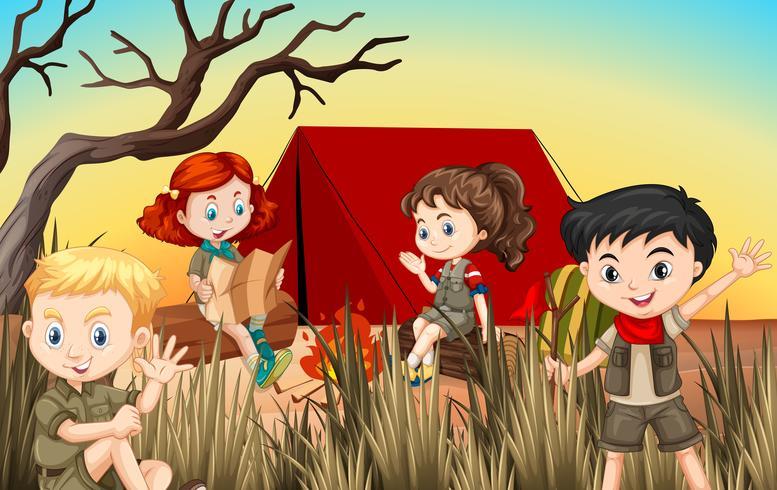 Niños y niñas acampando en el campo.