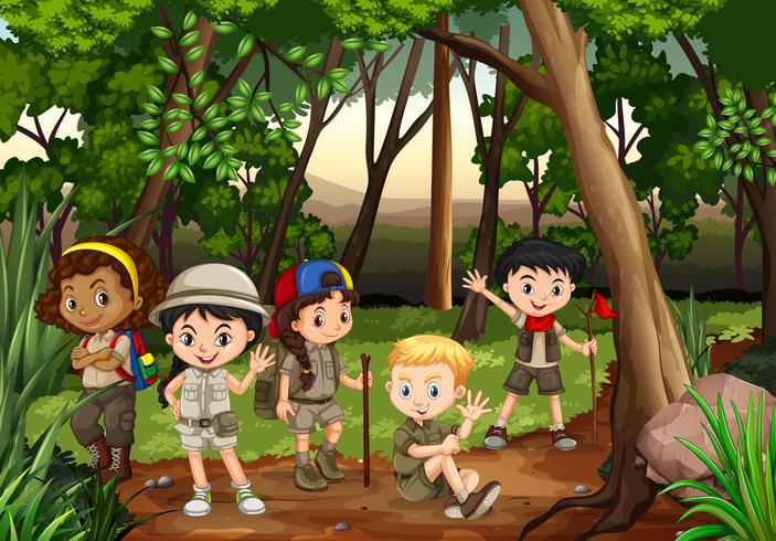 I bambini si accampano nei boschi
