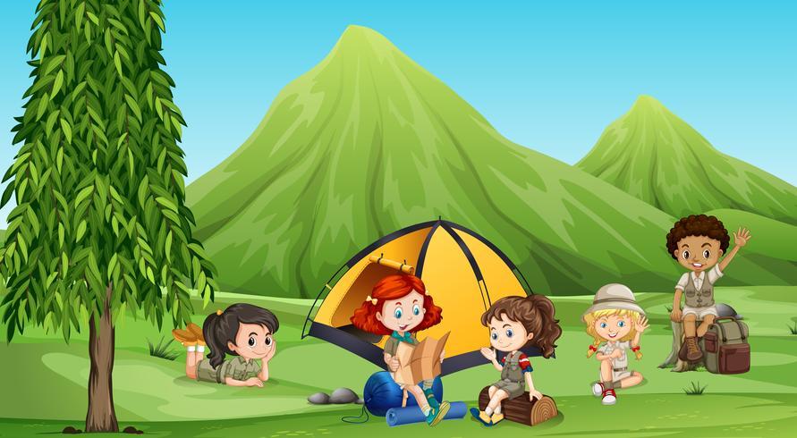 Barn som campar ute i skogen
