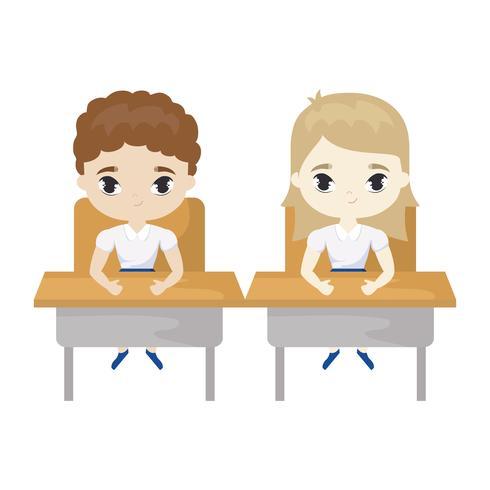 petits élèves assis dans les pupitres d'école