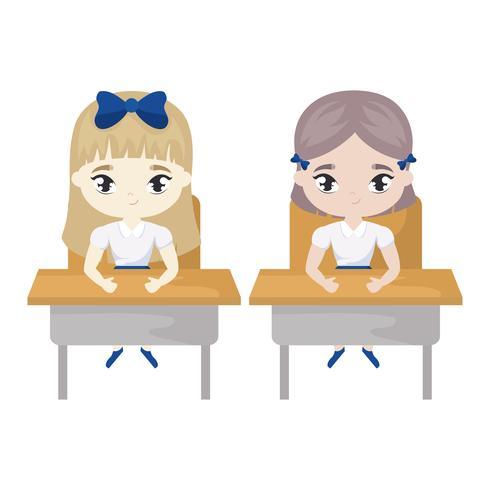kleine studentenmeisjes zitten op schoolbanken