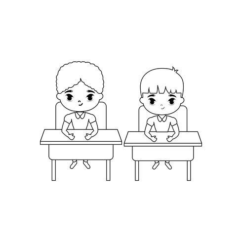 kleine Schüler sitzen in Schultischen