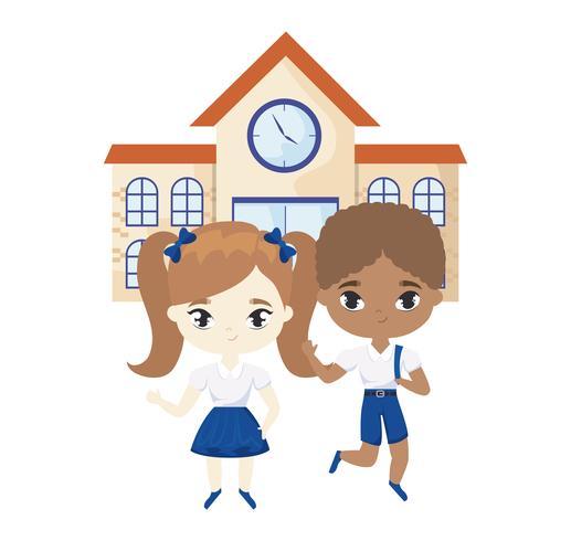 pequeños estudiantes lindos en frente de la escuela