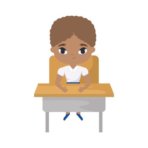 kleine student jongen afro zitten op school bureau