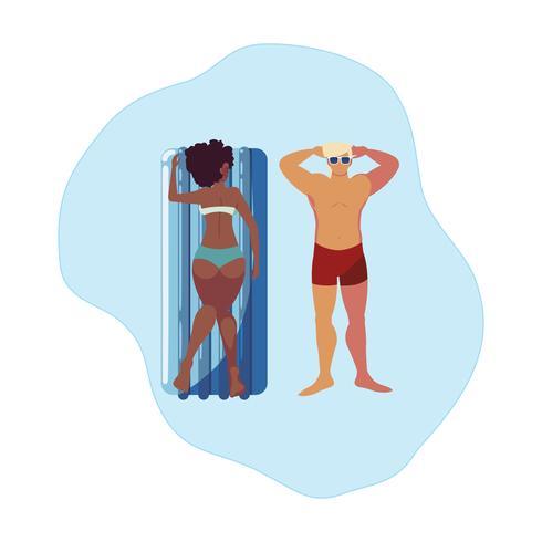 Pareja interracial con colchón flotador en agua.