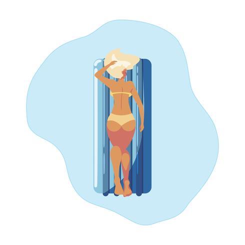 Frau, die in der Hin- und Herbewegungmatratze schwimmt in Wasser sich bräunt