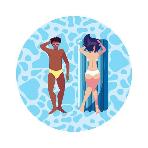 Interracial Paar mit Matratze im Wasser zu schweben