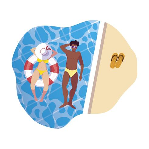 interracial Paar mit Badeanzug und im Wasser schwimmen